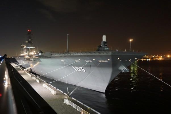 夜の護衛艦いずも